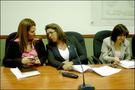 Dolores Beltrán, Thelma Ramírez y Mauri Estrada durante la conferencia de prensa.