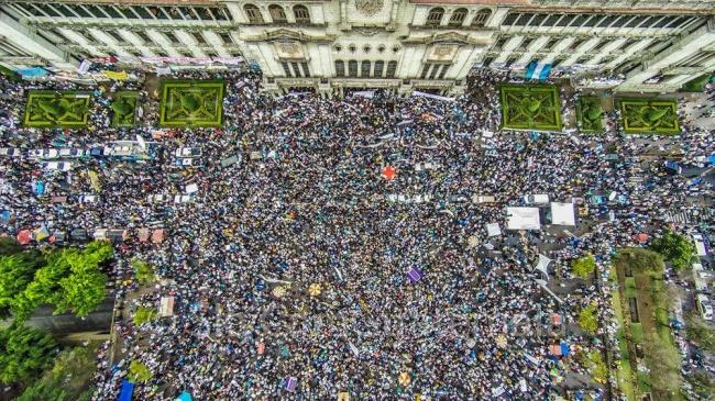 Fueron las manifestaciones masivas de los sábados, a partir del 25 de abril, las que les derribaron.