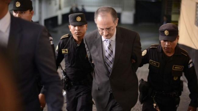 El ex diputado Pedro Muadi Menéndez en sus día de desgracia, saliendo de la Torre de Tribunales engrilletado y custodiado por varios agentes de la Policía Nacional Civil, después de haberse entregado a la justicia para ser enjuiciado.