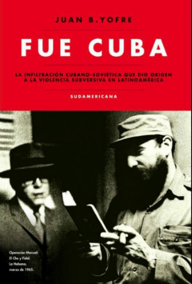 Fidel Castro revisando el pasaporte falso de Ernesto Guevara a nombre de Ramón Benítez, con el que viajó por Latinoamérica, incluyendo a Guatemala para la llamada Operación Manuel