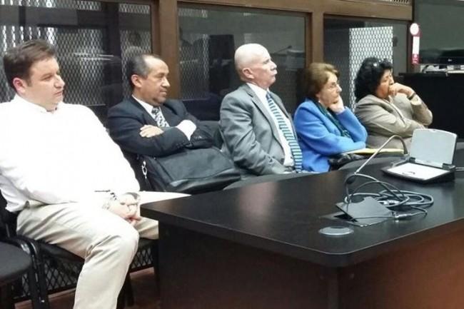 El acusado, su madre y sus abogados oyendo el fallo del juez. Miguel Angel Gálvez titular del Juzgado B de Mayor Riesgo