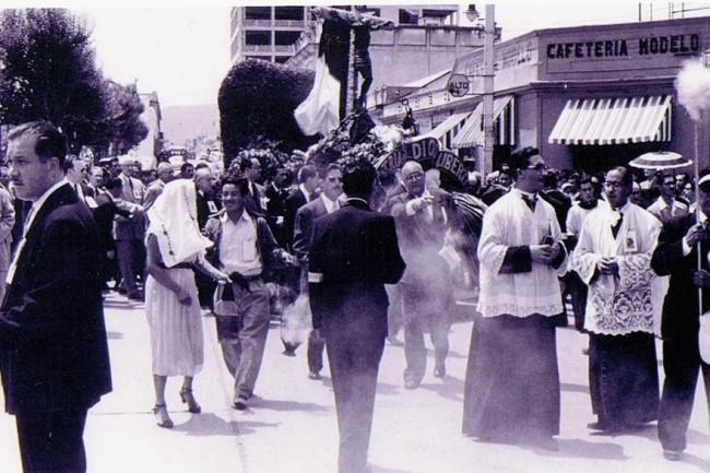 Esta foto de la procesión del Cristo Negro de Esquipulas fue tomada en la esquina de la sexta avenida y sexta calle de la zona 1, frente al despacho presidencial en el Palacio Nacional y a un costado de la Catedral y del Palacio Arzobispal.