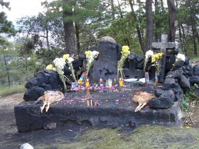 Ofrendas al ídolo Pascual Abaj en Chichicastenango