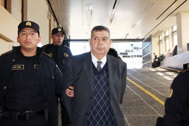 El general Manuel Callejas y Callejas fue aprehendido en su casa y conducido a la Torre de Tribunales esposado por atrás.