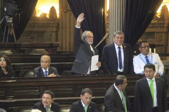 Momento en el que Edgar Rolando Zamora pedía la palabra. (Foto Prensa Libre)
