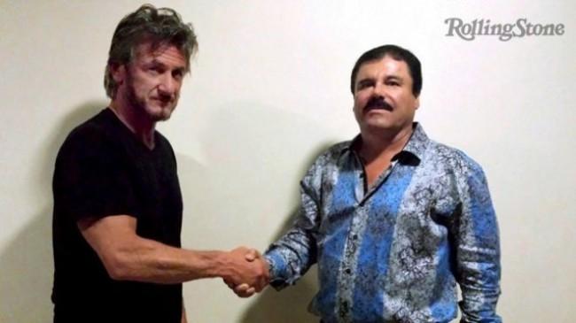 """Foto que ha dado la vuelta al mundo del actor Sean Penn dando la mano al famoso narcotraficante Felipe Guzmán Loera alias """"El Chapo""""."""
