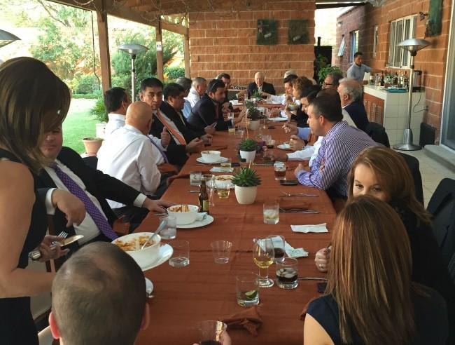 El otro lado de la larga mesa en casa de Pepo Toledo Ordóñez durante el almuerzo que se sirvió después de haber sido condecorado con la Orden del Quetzal.