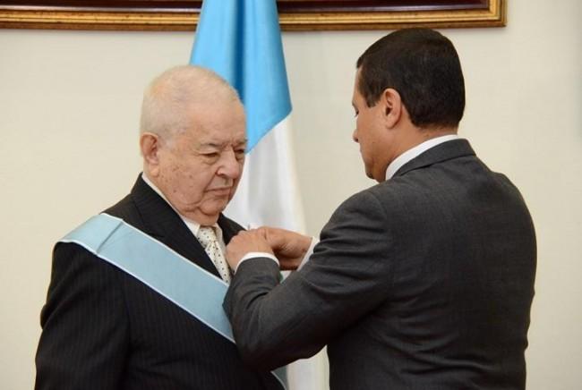 El Canciller Carlos Raúl Morales colocándome la condecoración.