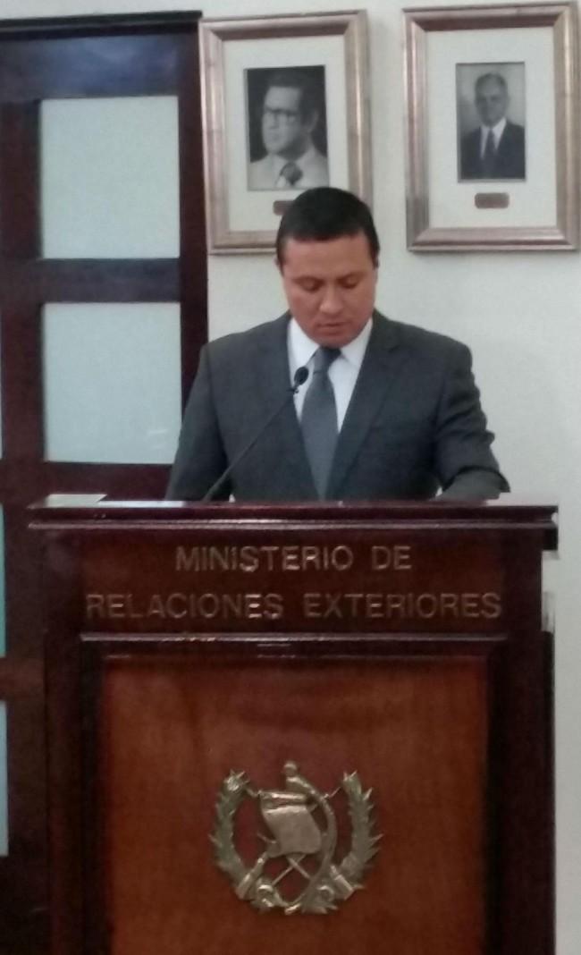 Momento en el que el Canciller, embajador Carlos Raúl Morales, leía el decreto ministerial por el cual se me confirió la Orden del Quetzal en el grado de Gran Cruz.