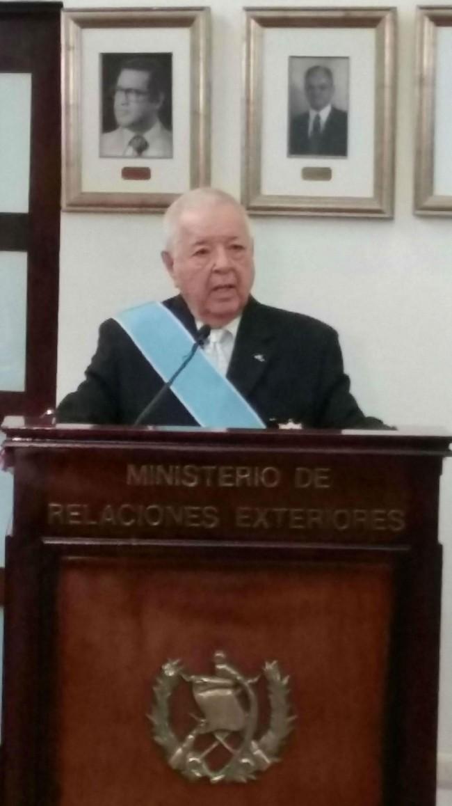 Después de haber sido condecorado me dirigí al Canciller Morales y al numeroso público asistente para expresar improvisadamente mi profundo agradecimiento por ese inesperado reconocimiento.