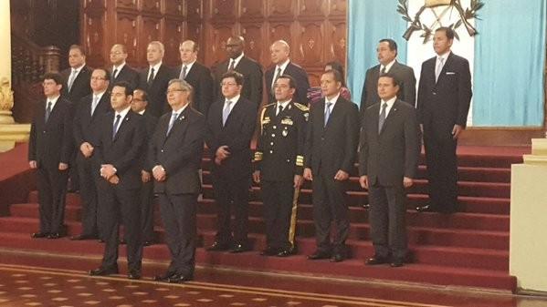 Por fin se dieron a conocer los nombres de los miembros del Gabinete. En esta foto están el presidente Jimmy Morales con el vicepresidente Jafeth Cabrera con los ministros de Estado y los secretarios nombrados, en espera del saludo del Cuerpo Diplomático acreditado en el país.