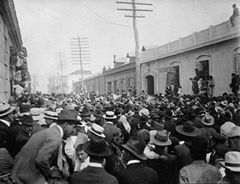 Fotografía del 8 de abril de 1920, cuando el pueblo se agolpó en la novena avenida frente a la Asamblea Nacional para exigir que se nombrara de inmediato al sustituto de Manuel Estrada Cabrera, el cual recayó en el adinerado agricultor y diputado conservador Carlos Herrera Luna, quien solamente fue presidente del 16 de septiembre de 1920 al 6 de diciembre de 1921, porque fue derrocado el general José María Orellana, quien en total estado de ebriedad llegó a sacarle a balazos de Casa Presidencial.