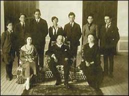 Manuel Estrada Cabrera con su madre, Joaquina Cabrera, su esposa y 7 de los 14 hijos que tuvo.