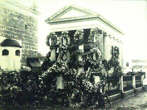 Mausoleo de Manuel Estrada Cabrera en su natal Quetzaltenango. Es evidente que todavía gozaba de admiración y simpatía de muchos a juzgar por la cantidad de flores que le fueron enviadas.