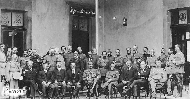 El general José María Orellana rodeado de sus ministros y colaboradores