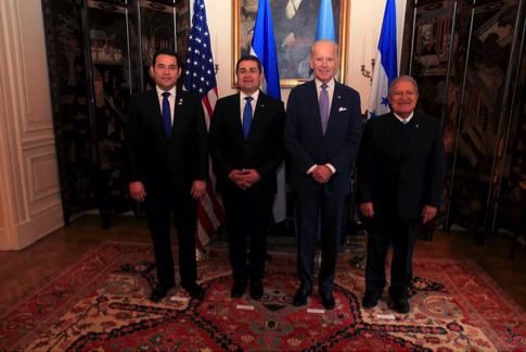 Jimmy Morales Cabrera de Guatemala, Juan Orlando Hernández, de Honduras, Joe Biden y Salvador Sánchez Cerén, de El Salvador, reunidos en Washington, D.C.