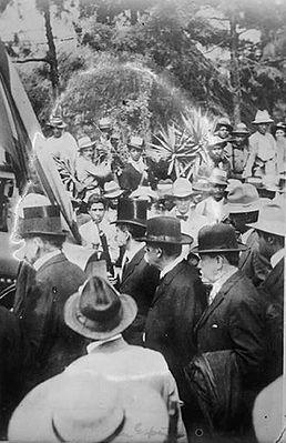 Estrada Cabrera saliendo de La Palma rodeado de miembros del Cuerpo Diplomático.