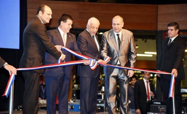 El presidente de la República de Paraguay, Horacio Cartes, el intendente de Asunción, Mario Ferreiro, acompañan a los directivos de Paseo La Galería Walter Allende y Mario López Estrada.