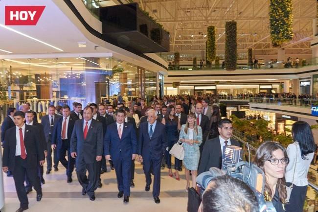 Los invitados acompañan a Mario López Estrada y al presidente de la Reública de Paraguay a un recorrido para conocer el Centro Comercial.