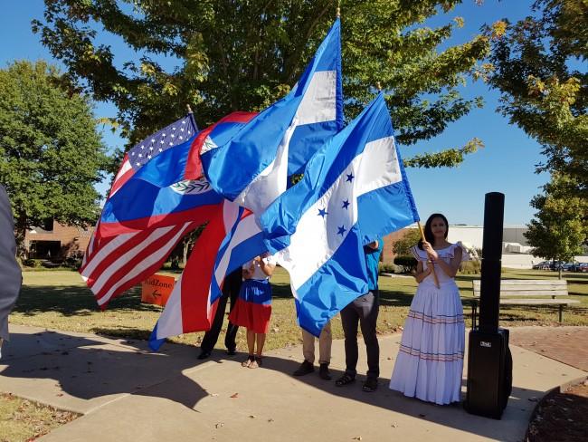 Alumnos becados de Centroamérica se dirigen al acto